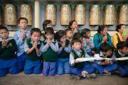 Тибетские школьники ожидают прибытия Его Святейшества Далай-ламы в главный тибетский храм в начале первого дня трехдневных учений для тибетской молодежи. Дхарамсала, Индия. 1 июня 2016 г. Фото: Тензин Чойджор (офис ЕСДЛ)