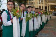 Тибетские ученицы в национальных одеждах ожидают прибытия Его Святейшества Далай-ламы в главный тибетский храм в начале первого дня трехдневных учений для тибетской молодежи. Дхарамсала, Индия. 1 июня 2016 г. Фото: Тензин Чойджор (офис ЕСДЛ)