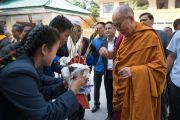 Тибетские студенты приветствуют Его Святейшество Далай-ламу, совершая традиционные подношения в начале первого дня трехдневных учений для тибетской молодежи. Дхарамсала, Индия. 1 июня 2016 г. Фото: Тензин Чойджор (офис ЕСДЛ)