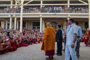 Его Святейшество Далай-лама прощается с верующими по окончании первого дня трехдневных учений для тибетской молодежи, на которые собралось более 10 000 слушателей. Дхарамсала, Индия. 1 июня 2016 г. Фото: Тензин Чойджор (офис ЕСДЛ)