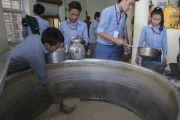 Тибетские ученики помогают приготовить молочный чай для более 10 000 верующих, собравшихся на трехдневные учения Его Святейшества Далай-ламы для тибетской молодежи. Дхарамсала, Индия. 2 июня 2016 г. Фото: Тензин Чойджор (офис ЕСДЛ)