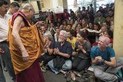 Его Святейшество Далай-лама приветствует иностранных слушателей по завершении второго дня учений, на которые в общей сложности собралось более 2 000 иностранцев. Дхарамсала, Индия. 2 июня 2016 г. Фото: Тензин Чойджор (офис ЕСДЛ)