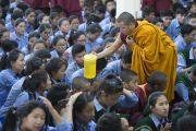 Тибетским ученикам раздают освященную ритуальную воду во время дарования Его Святейшеством Далай-ламой разрешения на практику Манджушри в начале заключительного дня трехдневных учений для тибетской молодежи. Дхарамсала, Индия. 3 июня 2016 г. Фото: Тензин Чойджор (офис ЕСДЛ)