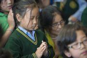 Тибетская школьница во время церемонии зарождения бодхичитты, проведенной Его Святейшеством Далай-ламой в течение заключительного дня трехдневных учений для тибетской молодежи. Дхарамсала, Индия. 3 июня 2016 г. Фото: Тензин Чойджор (офис ЕСДЛ)
