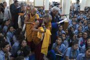 Директор тибетской детской деревни в Дхарамсале Нгодуп Вангду произносит восхваление, в то время как группа старших преподавателей из тибетской детской деревни делает подношение Его Святейшеству Далай-ламе по окончании заключительного дня трехдневных учений для тибетской молодежи. Дхарамсала, Индия. 3 июня 2016 г. Фото: Тензин Чойджор (офис ЕСДЛ)