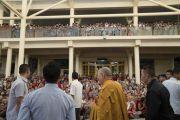 Его Святейшество Далай-лама машет рукой на прощание по окончании трехдневных учений для тибетской молодежи. Дхарамсала, Индия. 3 июня 2016 г. Фото: Тензин Чойджор (офис ЕСДЛ)