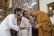 Члены индийской ассоциации «Наланда Шикша» приветствуют Его Святейшество Далай-ламу, совершая традиционные индийские подношения в начале первого дня трехдневных учений по поэме «Бодхичарья-аватара». Дхарамсала, Индия. 7 июня 2016 г. Фото: Тензин Чойджор (офис ЕСДЛ)