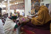 Буддисты из гималайского региона Индии совершают традиционные подношения Его Святейшеству Далай-ламе в начале первого дня трехдневных учений по поэме «Бодхичарья-аватара». Дхарамсала, Индия. 7 июня 2016 г. Фото: Тензин Чойджор (офис ЕСДЛ)