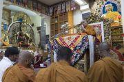 Индийские монахи читают Мангала-сутту на языке пали в начале первого дня трехдневных учений по поэме «Бодхичарья-аватара». Дхарамсала, Индия. 7 июня 2016 г. Фото: Тензин Чойджор (офис ЕСДЛ)