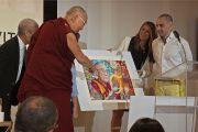 В заключение встречи «Женщины – лидеры с сострадательным сердцем» Его Святейшеству Далай-ламе преподносят в дар портрет в знак уважения к его духовной деятельности. Анахайм, штат Калифорния, США. 17 июня 2016 г. Фото: Джереми Рассел (офис ЕСДЛ)