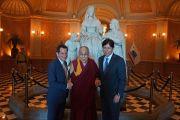 Его Святейшество Далай-лама с председателем Сената штата Калифорния Кевином де Леоном и спикером Ассамблеи Энтони Рендоном в холле Капитолия. Сакраменто, штат Калифорния, США. 20 июня 2016 г. Фото: Джереми Рассел (офис ЕСДЛ)