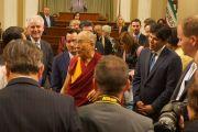Его Святейшество Далай-лама общается с членами легислатуры штата Калифорния. Сакраменто, штат Калифорния, США. 20 июня 2016 г. Фото: Джереми Рассел (офис ЕСДЛ)