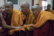 Монахи готовятся поднести свои монашеские одеяния Его Святейшеству Далай-ламе, чтобы он благословил их в ходе церемонии дарования полных монашеских обетов в храме Дрепунг Лачи. Мундгод, штат Карнатака, Индия. 2 июля 2016 г. Фото: Тензин Чойджор (офис ЕСДЛ)