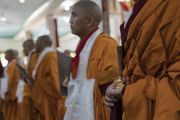 Монахи, принявшие полные монашеские обеты, держат в руках статуэтки Будды, подаренные им Его Святейшеством Далай-ламой по завершении церемонии полного посвящения в храме Дрепунг Лачи. Мундгод, штат Карнатака, Индия. 2 июля 2016 г. Фото: Тензин Чойджор (офис ЕСДЛ)