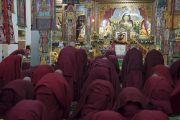 Лам нар сахил хүртэхийн өмнө Бурхан Багш болон сахил хайрлаж буй багш Дээрхийн Гэгээнтэн Далай Ламд мөргөл үйлдэж байгаа нь. Энэтхэг, Карнатака муж, Мундгод, Брайбун хийд. 2016.07.02. Гэрэл зургийг Тэнзин Чойжор (ДЛО)