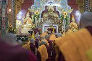 Лам нар Дээрхийн Гэгээнтэн Далай Ламаас сахил хүртэж байгаа нь. Энэтхэг, Карнатака муж, Мундгод, Брайбун хийд. 2016.07.02. Гэрэл зургийг Тэнзин Чойжор (ДЛО)