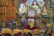 Дээрхийн Гэгээнтэн Далай Лам лам хуврагуудад гэлэн санваарыг үргэлжлүүлэн хайрлав. Энэтхэг, Карнатака, Мундгод, Брайбун хийд. 2016.07.03. Гэрэл зургийг Тэнзин Чойжор (ДЛО)