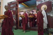 Монахи готовятся поднести свои монашеские одеяния Его Святейшеству Далай-ламе, чтобы он благословил их во время второго дня четырехдневной церемонии дарования полных монашеских обетов в храме Дрепунг Лачи. Мундгод, штат Карнатака, Индия. 3 июля 2016 г. Фото: Тензин Чойджор (офис ЕСДЛ)