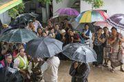 Бороо орж байсан хэдий ч төвөд хүмүүс Дээрхийн Гэгээнтэн Далай Ламыг хүлээн зогсож байгаа нь. Энэтхэг, Карнатака, Мундгод. 2016.07.04. Гэрэл зургийг Тэнзин Чойжор (ДЛО)