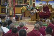 Один из студентов высказывает свои суждения во время встречи Его Святейшества Далай-ламы с монахами и юными тибетцами в монастыре Гаден Янгце. Мундгод, штат Карнатака, Индия. 5 июля 2016 г. Фото: Тензин Чойджор (офис ЕСДЛ)