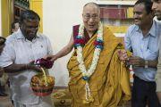 Дээрхийн Гэгээнтэн Далай Лам Мундгодын орон нутгийн захиргааны гишүүдийн хамт. Энэтхэг, Карнатака, Мундгод. 2016.07.04. Гэрэл зургийг Тэнзин Чойжор (ДЛО)