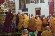 Дээрхийн Гэгээнтэн Далай Лам гэлэн санваар хайрлаж байгаа нь. Энэтхэг, Карнатака, Мундгод, Брайбун хийд. 2016.07.03. Гэрэл зургийг Тэнзин Чойжор (ДЛО)