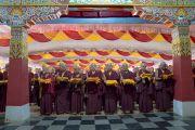 Монахи готовятся поднести свои монашеские одеяния Его Святейшеству Далай-ламе, чтобы он благословил их в ходе третьего дня четырехдневной церемонии дарования полных монашеских обетов в храме Дрепунг Лачи. Мундгод, штат Карнатака, Индия. 4 июля 2016 г. Фото: Тензин Чойджор (офис ЕСДЛ)