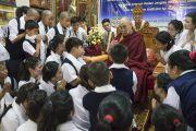 Номын мэтгэлцээн өрнүүлсний дараа Дээрхийн Гэгээтэн Далай Лам сурагч хүүхдүүдтэй уулзаж байгаа нь. Энэтхэг, Карнатака, Мундгод, Гандан Жанзэ хийд. 2016.07.05. Гэрэл зургийг Тэнзин Чойжор (ДЛО)