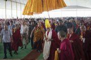 Его Святейшество Далай-лама прибывает в новый зал дебатов храма Дрепунг Лоселинг. Мундгод, штат Карнатака, Индия. 6 июля 2016 г. Фото: Тензин Чойджор (офис ЕСДЛ)