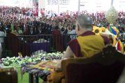 Его Святейшество Далай-лама смотрит выступления тибетцев во время торжеств, организованных в честь его 81-летия в монастыре Дрепунг. Мундгод, штат Карнатака, Индия. 6 июля 2016 г. Фото: Тензин Чойджор (офис ЕСДЛ)