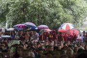 Верующие прячутся под зонтиками от дождя во время торжеств, организованных в честь 81-летия Его Святейшества Далай-ламы в монастыре Дрепунг. Мундгод, штат Карнатака, Индия. 6 июля 2016 г. Фото: Тензин Чойджор (офис ЕСДЛ)