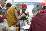 Местные жители преподносят Его Святейшеству Далай-ламе подарки во время торжеств, организованных в честь его 81-летия в монастыре Дрепунг. Мундгод, штат Карнатака, Индия. 6 июля 2016 г. Фото: Тензин Чойджор (офис ЕСДЛ)