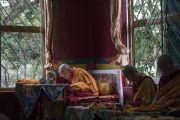 Ганден Трипа Ризонг Ринпоче ранним утром в монастыре Дрепунг возносит молитвы по случаю 81-летия Его Святейшества Далай-ламы. Мундгод, штат Карнатака, Индия. 6 июля 2016 г. Фото: Тензин Чойджор (офис ЕСДЛ)