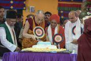 Его Святейшество Далай-лама совместно с лидерами местных религиозных общин разрезает торт, преподнесенный ему в честь 81-летия в монастыре Дрепунг. Мундгод, штат Карнатака, Индия. 6 июля 2016 г. Фото: Тензин Чойджор (офис ЕСДЛ)