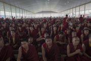 Монахов угощают молочным чаем в ходе церемонии освящения нового зала дебатов в храме Дрепунг Лоселинг. Мундгод, штат Карнатака, Индия. 6 июля 2016 г. Фото: Тензин Чойджор (офис ЕСДЛ)