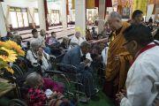 По завершении торжеств по случаю своего 81-летия Его Святейшество Далай-лама встречается с верующими тибетцами с ограниченными возможностями в храме Дрепунг Лачи. Мундгод, штат Карнатака, Индия. 6 июля 2016 г. Фото: Тензин Чойджор (офис ЕСДЛ)