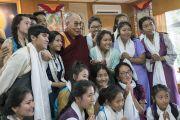 Дээрхийн Гэгээнтэн Далай Лам зуны сургалтанд хамрагдсан хүүхдүүдийн хамт. Энэтхэг, ХП, Дарамсала. 2016.07.20. Гэрэл зургийг Тэнзин Чойжор (ДЛО)