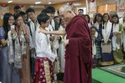 Дээрхийн Гэгээнтэн Далай Лам хүүхдүүдтэй хөгжилдөж байгаа нь. Энэтхэг, ХП, Дарамсала. 2016.07.20. Гэрэл зургийг Тэнзин Чойжор (ДЛО)