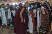 Дээрхийн Гэгээнтэн Далай Лам Дарамсала хотод зохион байгуулагдаж буй зуны сургалтанд хамрагдсан дунд сургуулийн төвөд сурагч нартай уулзаж байгаа нь. Энэтхэг, ХП, Дарамсала. 2016.07.20. Гэрэл зургийг Тэнзин Чойжор (ДЛО)