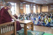 Зуны сургалтанд хамрагдаж буй хүүхдүүд Дээрхийн Гэгээнтнээс асуулт асуулаа. Энэтхэг, ХП, Дарамсала. 2016.07.20. Гэрэл зургийг Тэнзин Чойжор (ДЛО)
