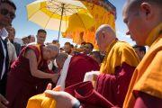 Дээрхийн Гэгээнтэн Далай Ламыг Гандан Ширээт тэргүүтэй лам нар тосон угтаж байгаа нь. Энэтхэг, ЖК, Ладак, Лех. 2016.07.25. Гэрэл зургийг Тэнзин Чойжор (ДЛО)