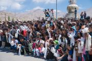 Дээрхийн Гэгээнтэн Далай Ламыг угтаж буй энгийн иргэд. Энэтхэг, ЖК, Ладак, Лех. 2016.07.25. Гэрэл зургийг Тэнзин Чойжор (ДЛО)