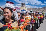 Дээрхийн Гэгээнтэн Далай Ламыг угтаж буй ладак үндэсний хувцсаа өмссөн эмэгтэйчүүд. Энэтхэг, ЖК, Ладак, Лех. 2016.07.25. Гэрэл зургийг Тэнзин Чойжор (ДЛО)