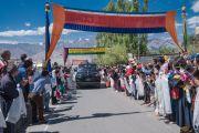 Дээрхийн Гэгээнтэн Далай Ламыг угтахаар цэцэг барьсан хүмүүс Шивацал ордон хүртэл жагссан байлаа. Энэтхэг, ЖК, Ладак, Лех. 2016.07.25. Гэрэл зургийг Тэнзин Чойжор (ДЛО)