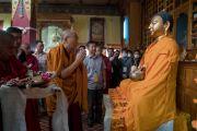 Его Святейшество Далай-лама у статуи Будды по прибытии в храм Джоканг. Ле, Ладак, штат Джамму и Кашмир, Индия. 27 июля 2016. Фото: Тензин Чойджор (офис ЕСДЛ)