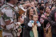 Некоторые из тысяч местных жителей, выстроившихся вдоль дороги, чтобы поприветствовать Его Святейшество Далай-ламу, направляющегося из храма Джоканг в мусульманскую мечеть суннитов. Ле, Ладак, штат Джамму и Кашмир, Индия. 27 июля 2016. Фото: Тензин Чойджор (офис ЕСДЛ)
