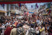 По завершении паломничества в Ле Его Святейшество Далай-лама приветствует своих многочисленных почитателей. Ле, Ладак, штат Джамму и Кашмир, Индия. 27 июля 2016. Фото: Тензин Чойджор (офис ЕСДЛ)