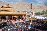 Его Святейшество Далай-лама обращается к верующим, собравшимся на площади у монастыря Нгагьюр Дактог. Ладак, штат Джамму и Кашмир, Индия. 5 августа 2016 г. Фото: Тензин Чойджор (офис ЕСДЛ)