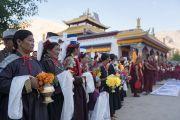 Местные жители в традиционных одеяниях ожидают прибытия Его Святейшества Далай-ламы в монастырь Нгагьюр Дактог. Ладак, штат Джамму и Кашмир, Индия. 5 августа 2016 г. Фото: Тензин Чойджор (офис ЕСДЛ)