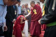 Его Святейшество Далай-лама дарует благословение юному Бакуле Ринпоче по завершении торжественного обеда, организованного в Чогламсаре Ладакским автономным горным советом по развитию. Ладак, штат Джамму и Кашмир, Индия. 14 августа 2016 г. Фото: Тензин Чойджор (офис ЕСДЛ)